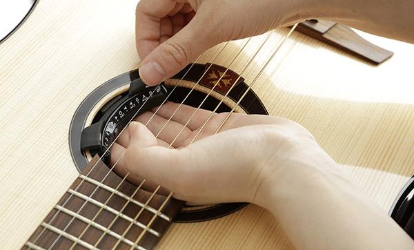 includes battery. Korg Rimpitch-C2 Chromatic Acoustic Guitar Soundhole Tuner